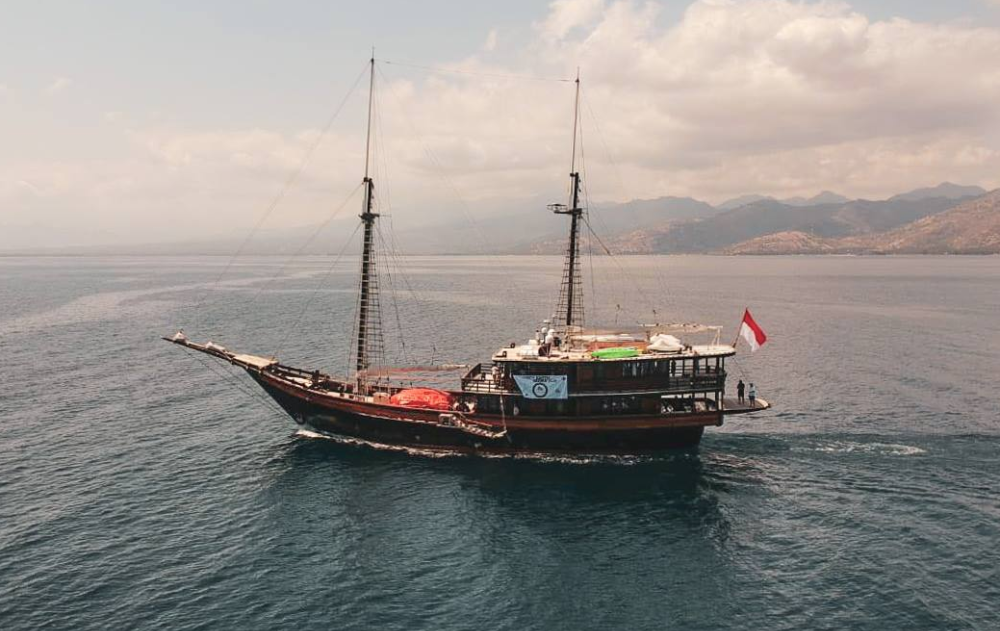Image for article S/Y 'Dunia Baru' offers earthquake relief